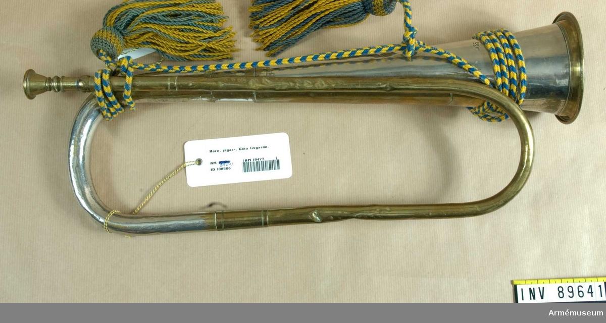 Grupp B III.  Signalhorn för infanteriet med banderoll m/1901. På klockstycket: Kunglig krona, under denna bokstäverna K A L G / Anita Andersson.