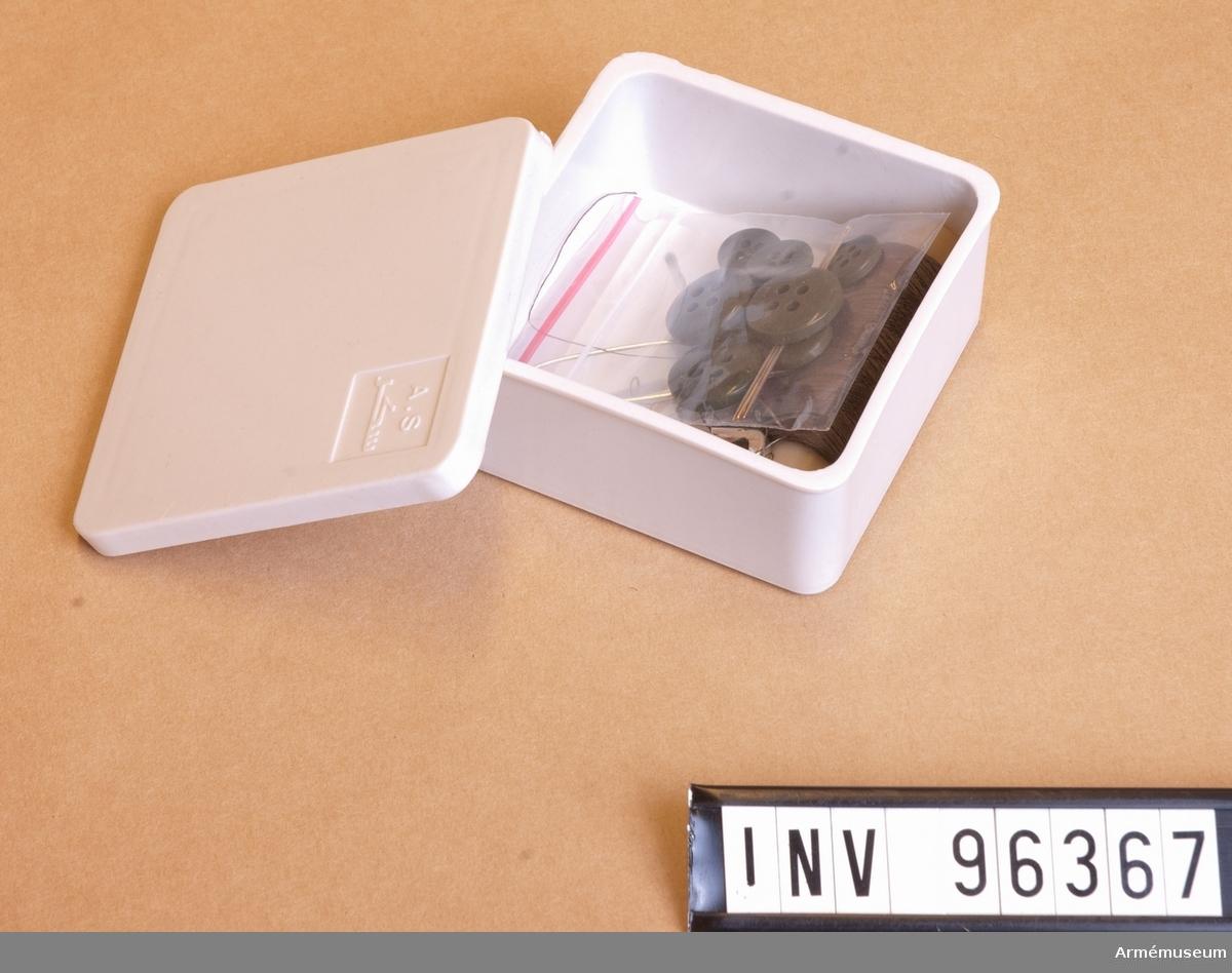 Med innehåll av 3 st säkerhetsnålar, en trådrulle polyester grön, liten påse med fyra synålar, fyra stora knappar och fyra små knappar.