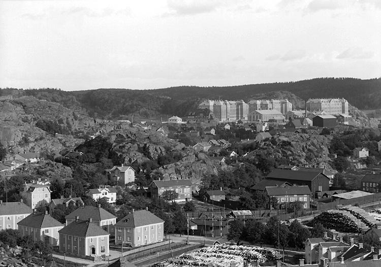 """Enligt tidigare notering: """"Bohusläns regemente sett från nordväst från Hökebergeg. Till vänster i förgrunden kvarteret Örnen""""."""