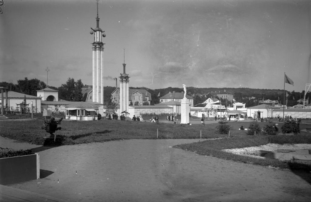 """Text till bilden: """"Utställningen i Uddevalla 1928""""."""