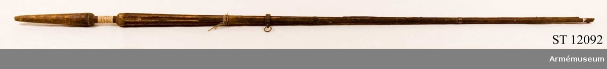 """Stång av furu, rödbrun bemålning. Etikett: """"Nr 16 Ryskt standar taget under Konung Johan III:s regering."""""""