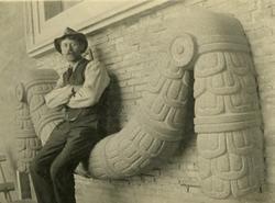 Bildhuggare Reinhold Pettersson sittande på en girlang gjord