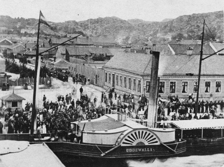 """Bilden var uppklistrad på ett A4 papper. På papperet under bilden stod följande handskrivna text: """"Hjulångaren Uddevalla klar för transport av skarpskyttar 1860-talet""""."""