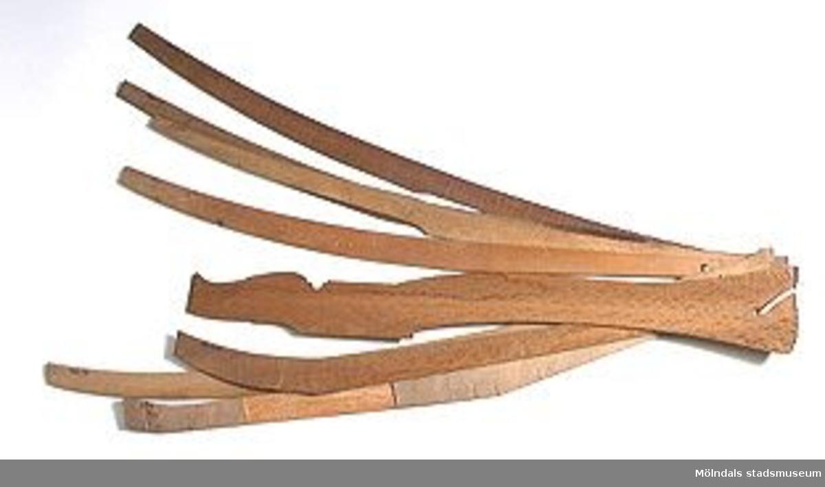 Möbelmall av mahogny, så kallad radiemall. En av åtta mallar (med Mölndals stadsmuseums föremålsnummer 00429-00436), ihopsatta med snöre. Exakt användning är dock svår att identifiera. Litteratur: Red. Särnstedt, Bo: Lindome Västsvenskt möbelsnickeri under 300 år, Stockholm 1977. Utställningskatalog från Liljevalchs Konsthall 1977-06-30-1977-09-11. Se sid 22-23 för historik kring fam. Thorsson.Mölndals Museum: Lindomemöbler, Länstryckeriet Göteborg 1994. Utställningskatalog innehållande kapitel rörande familjen Thorssons verksamhet.
