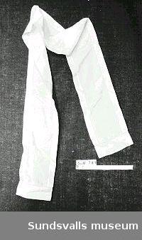 Schal i vitt och ljusblått sidentyg med hålsömsbroderi.