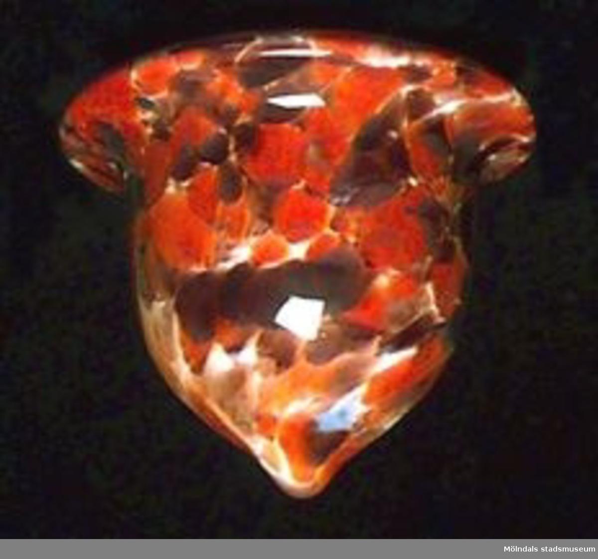 Klockformat lampkupa i marmorerat mönster i vitt, brunt, rött, orange och brunlila.
