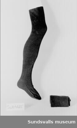 Ett par svarta strumpor. Används tillsammans med strumpeband.