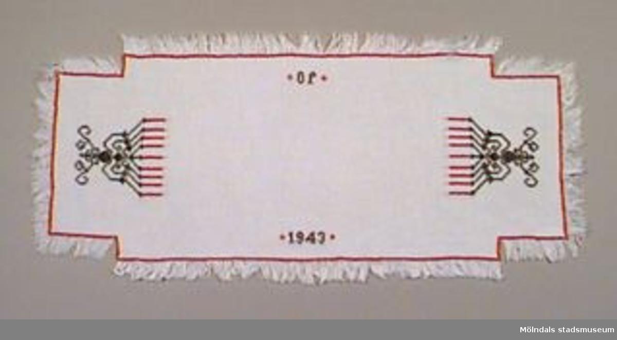 Två dukar av rektangulär form. Broderat med korsstygn i rött och mörkgrått garn. Måtten avser den största duken. Gles väv där fransarna sitter kvar.