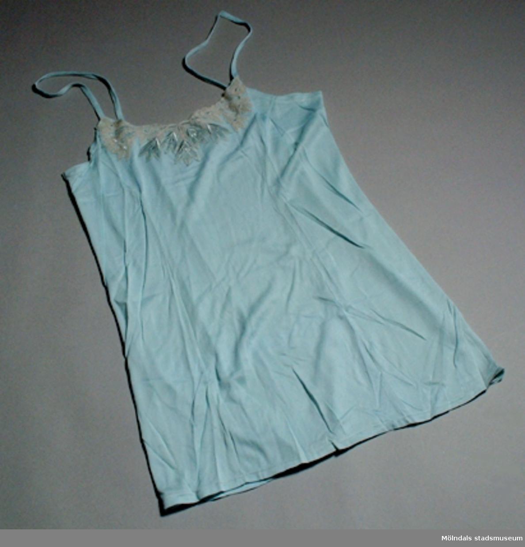 En turkosblå combination med brodyrspets.Byxa: längd 450 mm.          bredd 500 mm.Ej använd.