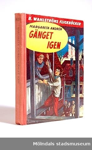 Bok: Gänget igen skriven av Margareta Andrén. Denna bok ingår i en serie om gänget. Ryggen är av rött tyg och numrerad med 820. Överst på framsidan är ett rött fält där det står B. Wahlströms flickböcker, därunder en bild. på bak-sidan finns listor med flera boktitlar, samt priset 2:95.Givaren fick boken av sin syster Eva, i julklapp 1956. De köpte böcker till varandra enligt önskemål och läste massor. På 1980-90-talen läste mina barn boken.