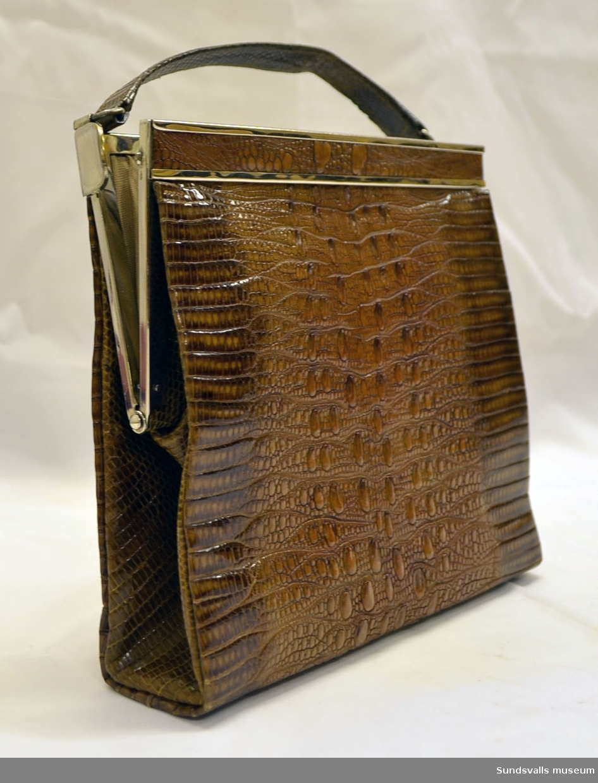 Handväska med innehåll: spegel 7x9 cm  samt börs 7x9 cm