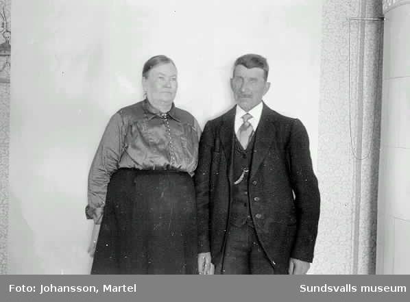 """Ev herr och fru Öh. Bodde på Sörfors, flyttade sedan till ett torp mitt emot Borgareåsen i Skedvik. Omkr 1920. Jonas Öh var s k """"lillrättare"""" på Sörfors bruk."""