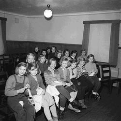 Kyrkliga ungdomsgruppen handarbetar, Selånger.
