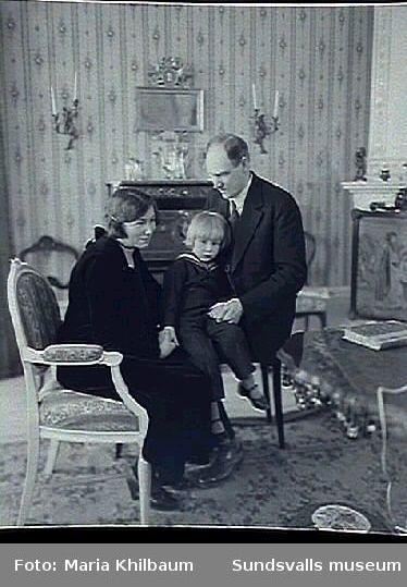 Familjeporträtt i rumsmiljö. Hagelby