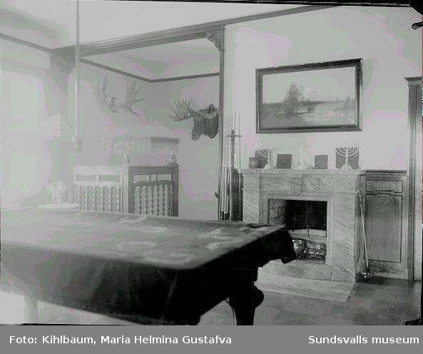 Interiör från Villa Marieberg. Övre hallen med biljardbord och bibliotek i familjen Wikströms bostad.