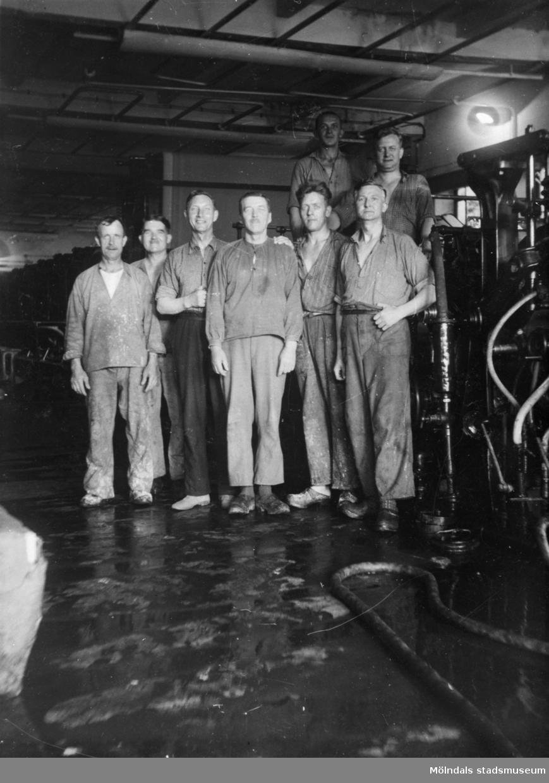 Papyrusarbetare uppställda framför maskinerna inuti fabriken ca 1930. Mannen längst till höger i främsta raden är Artur Svensson, född 1892.