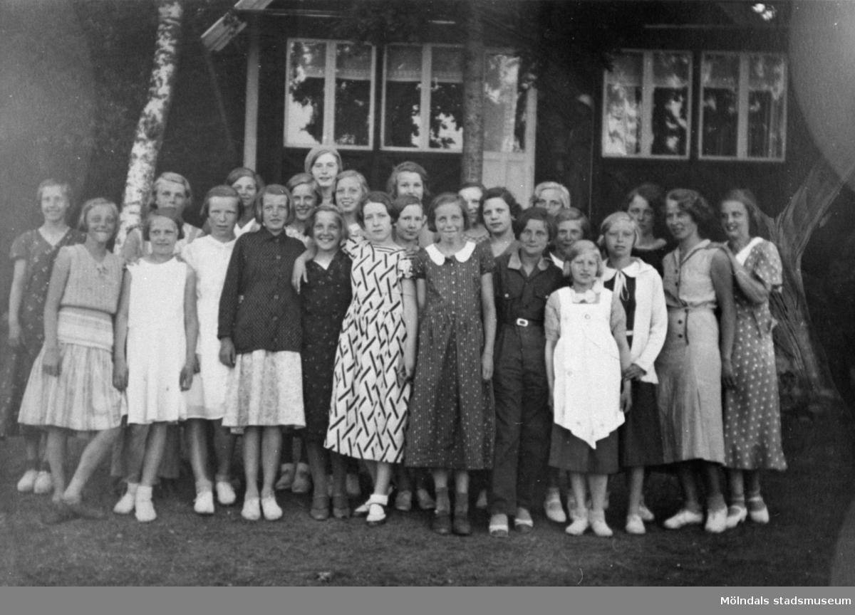 Flickor i sjätte klass på skolresa år 1933.