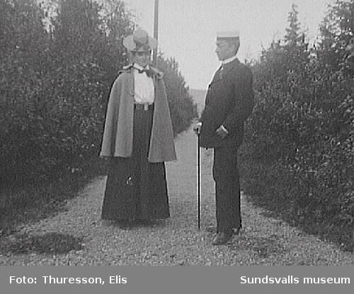 Elsa Andersson, gift 1905 med Axel Thuresson, och Elis Thuresson på promenad.