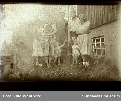Linnea Westberg, Astrid och Sven Westberg med sonen Lennart (f. 1956), Lennart och Anne-Marie Sjösten med dottern Anette, vid familjen Westbergs hus i Alvik.