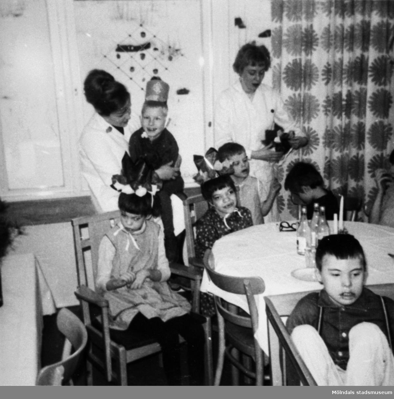 Några barn med sköterskor kring ett bord på Stretereds skolhem, cirka 1960.
