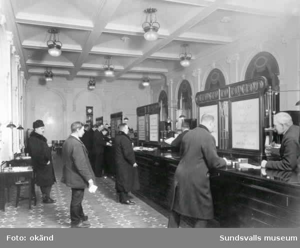 Interiör från Sundsvalls Enskilda Bank. Bilden visar lokalen före ombyggnaden.