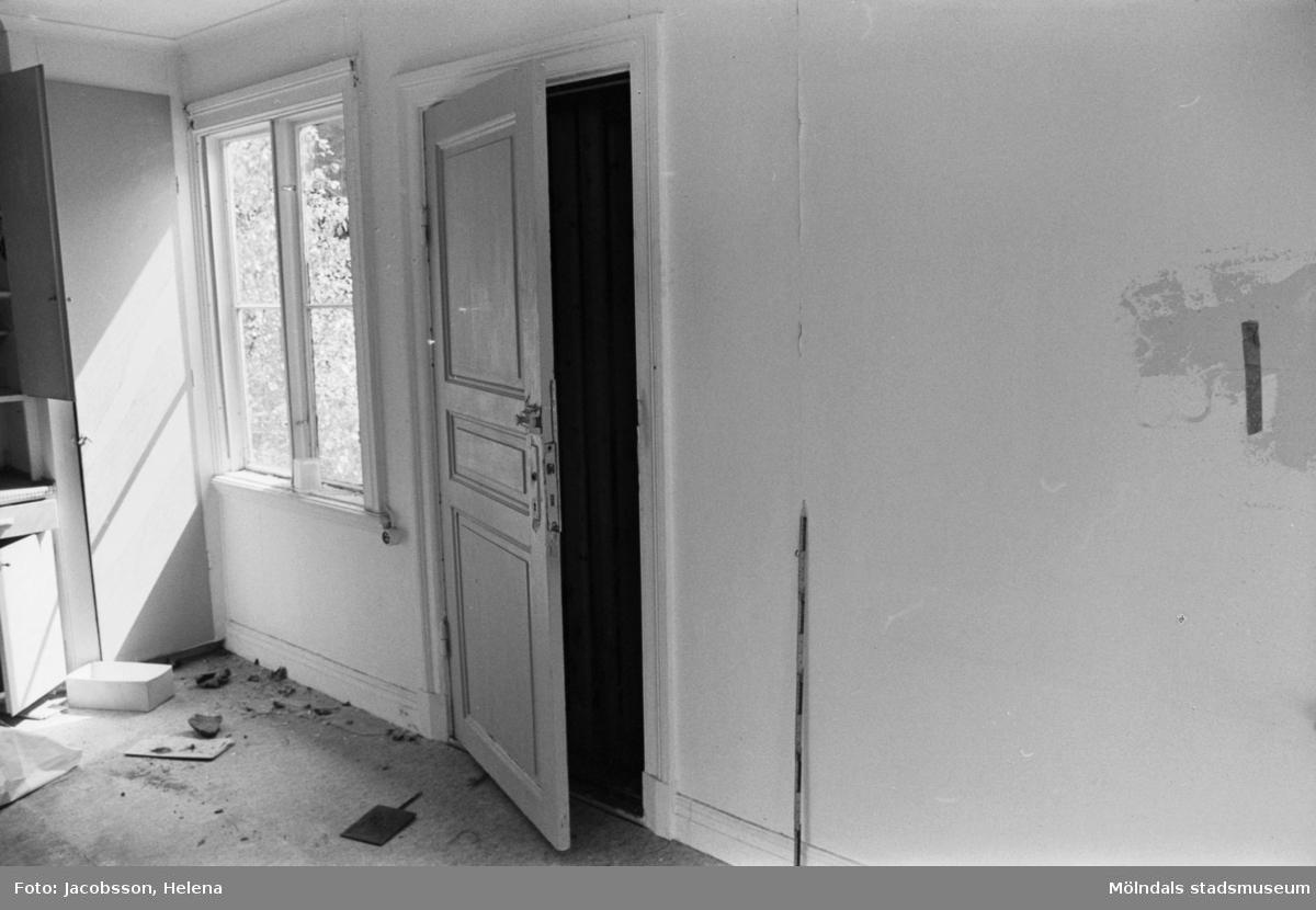 Roten K 1 i Mölndals Kvarnby. Interiör av uthus. Dörr.