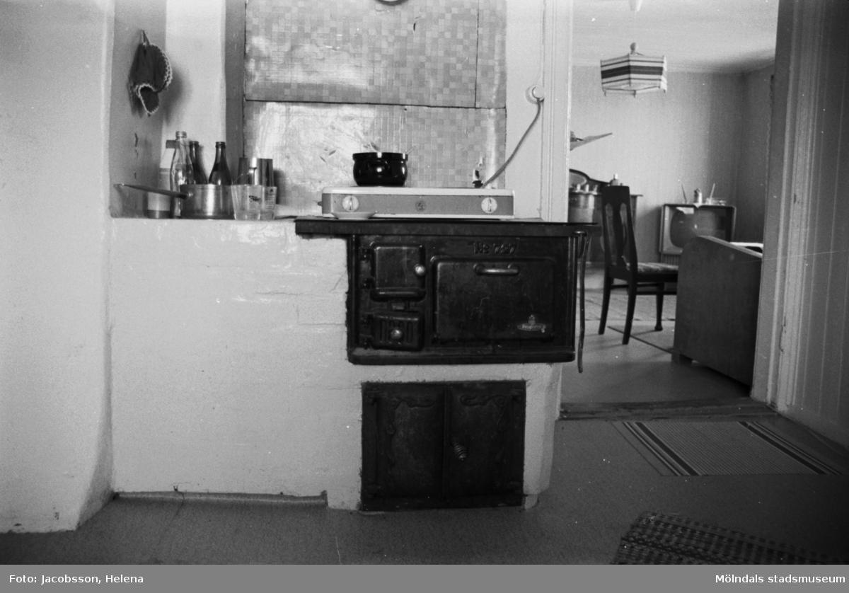 Roten L 13 i Mölndals Kvarnby. Lägenhetsinteriör från rotebostad. Kök med gammal vedspis.