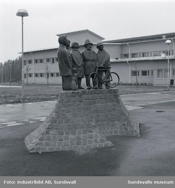 """""""När skönheten kom till byn""""av Sven Lundqvist.Torget i Granloholms Centrum.Granloholms biblioteksfilial i bakgrunden  (Centrumvillan)"""