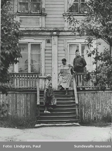 Södermalmsgatan 37. Hyresgästerna skomakare Sturk med fru Elin ses på trappen(damen till vänster är okänd).