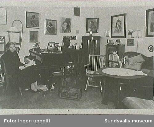 Tante Lulli Lous, syster till Anna Lous (konstnärinnan Maja Braathens mor) i sin våning i Oslo. Fotografi av Maja på flygeln.