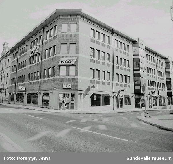 NCC:s kontorsfastighet, kv. Nöjet 8, Skolhusallén 7/Rådhusgatan34  /Varvsgränd 8. Byggnaden, ritad av Thurfjellgruppen för NCC Fastigheter AB, stod klar 1986.