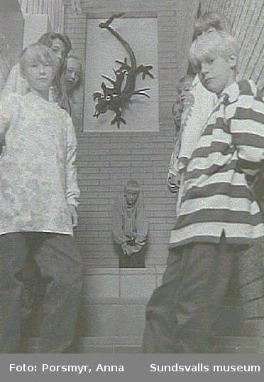 Sticksjö skola, Saara Harjus konstutsmyckningar.