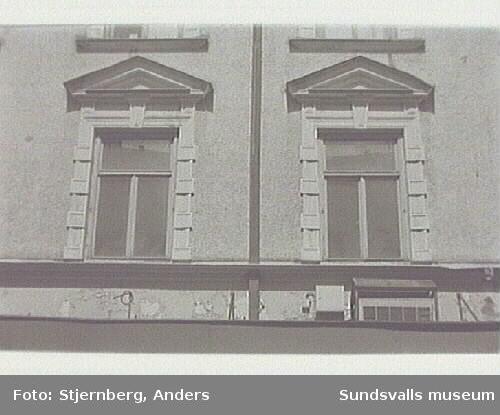 Bild 28 NO hörnet av samma fastighet, det yngre huset fr ca 1930 med pågående tillbyggnad förny galleria.