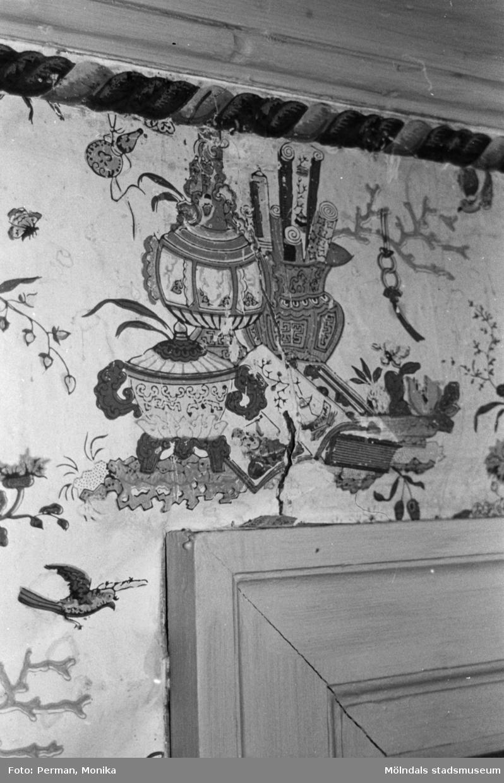 Antikvarisk storstädning på Gunnebo slott 1992. En väggmålning av kinesisk karaktär.