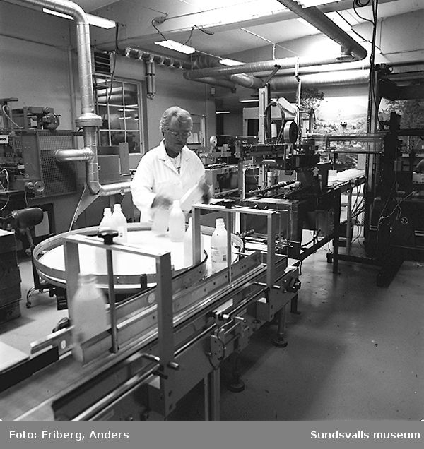 01-03 Paketering av AD-vitaminlösning, KabiPharmacias fabrik i Matfors04-06 Paketering av desifektionslösning, KabiPharmacias fabrik i Matfors07-08 Färdigpaketerad desinfektionslösning placeras på en lyftpall, KabiPharmacias fabrik i Matfors09-11 Paketering av desinfektionslösning, KabiPharmacias fabrik i Matfors12 Etikettering av desinfektionslösning, KabiPharmacias fabrik i Matfors
