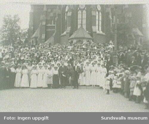 Sångarfest på 1910-talet. Dirigenten och arkitekten Per Österlund med sångare framför Gustav Adolfs-kyrkans kor.