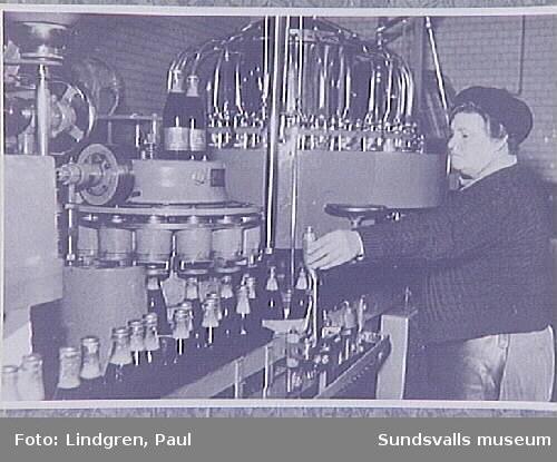 Buteljering av Rio Cola på Sundsvalls bryggeri.