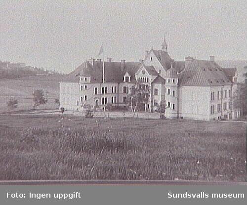 """Ålderdomshemmet """"Sköns fattiggård"""" i Birsta, senare ersatt av Solhaga. Uppfördes 1891 och revs 1964."""