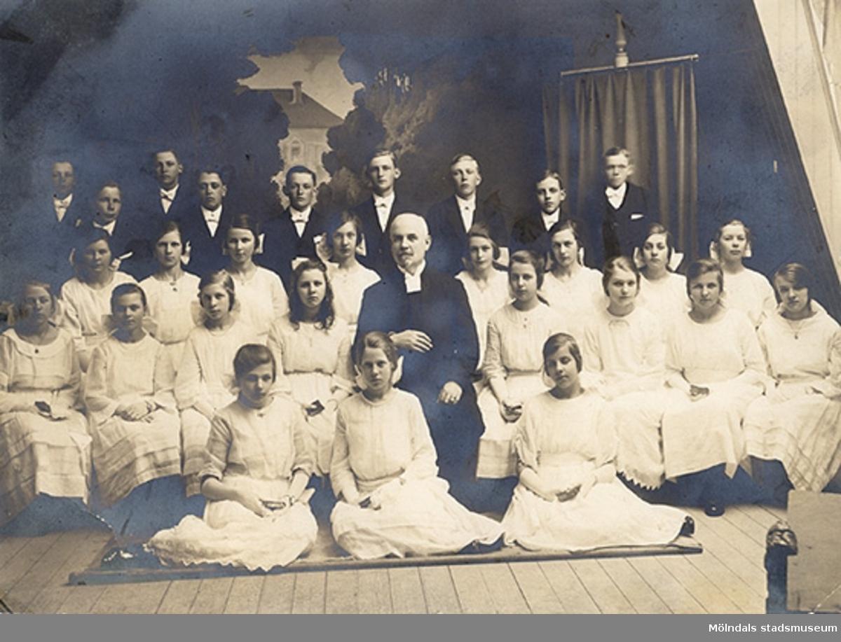 Rektor Ludvig Hallgren, Götiska Förbundets skola, med konfirmander. (Hallgren var prästvigd).