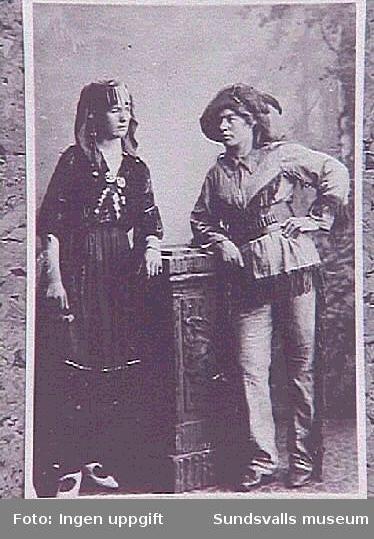T. v. Hansine Lunqvist (född Söderström) ocht. h. Olivia larsson utklädda. Olivia arbetade imånga år åt SJ.