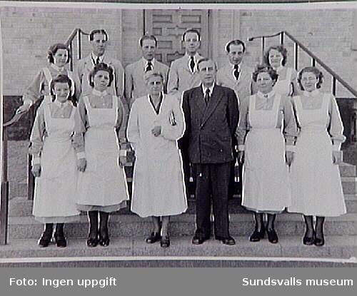 Sidsjöns sjukhus. Examen i den Lägre kursen 1948. I mitten kursföreståndarna läkarna Olga Börjesson och Nils Osterman, den senare sjukhuset chef. Kursen var fölagd till kvällstid, med tre månaders praktiskt och fyra månader teoretiskt utbildning. Eleverna antogs efter lämplighet, och kunde alltså inte söka in själva. Efter avlagd examen blev eleverna extra ordinarie skötare i Statens tjänst, då Sidsjön var ett statligt sjukhus. Inlån av fotografiet från Psykiatriska klinikerna, Sundsvalls sjukhus, inför publikation och utställning om Sidsjöns sjukhus, producerade 1993.