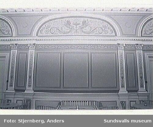 Ystads teater uppförd 1894, ritad av stadsarkitikten Boijsen. Byggnadsminne som restuarerats 1993-1994. Armaturer har tidigare varit gasanpassade, återfunna på vinden, nu i foajen. Teatersalongens ursprungliga stolar i nytillverkat skick.