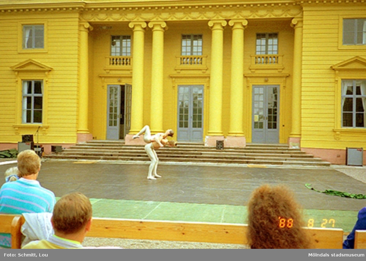 Musik/dansarrangemang på scenen vid Gunnebo slott.