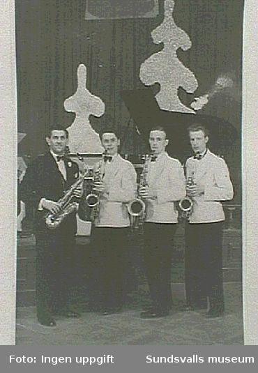 """Jay Elvings orkester Sundsvall, T.v Jay Elvingmed """"guldsaxofon"""" T.h. Erling Sandgren altsaxofon."""