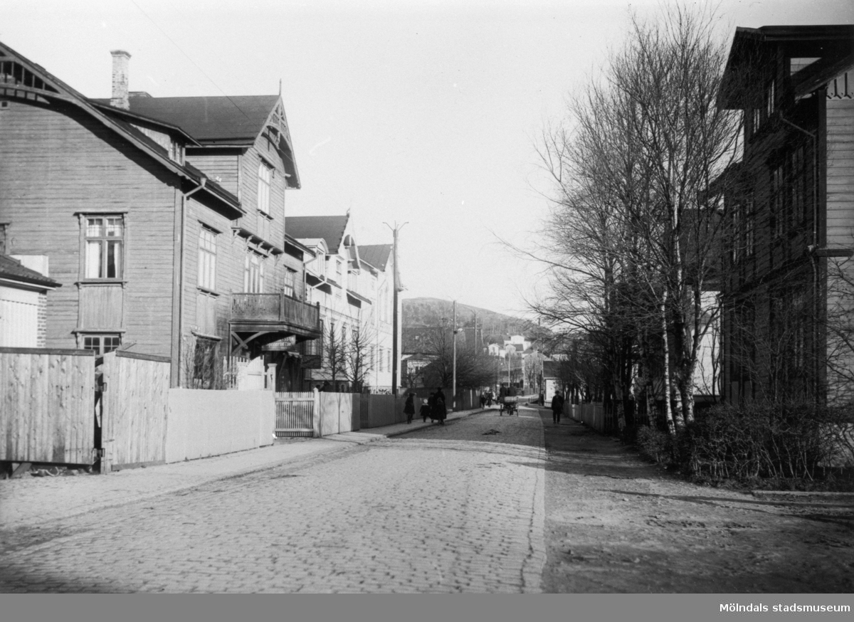 Foto utefter Frölundagatan (nuvarande Brogatan) mot öster, 1910-30-tal. Till vänster ser man Frölundagatan 8, 6 och 4.Längst åt öster ses Störtfjället och Norénska stiftelsen.