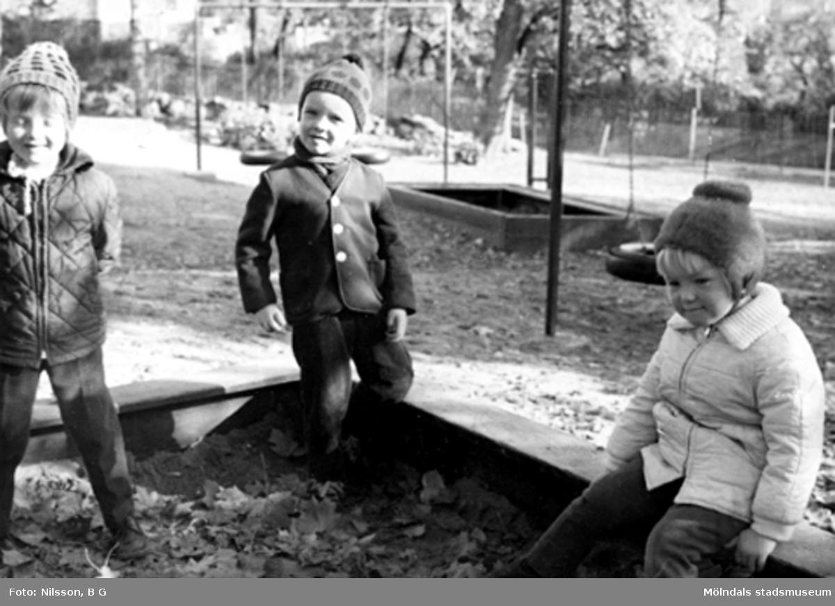 Holtermanska daghemmet, i trädgården hösten 1966. Bilderna är tagna när barnen leker osv utomhus.
