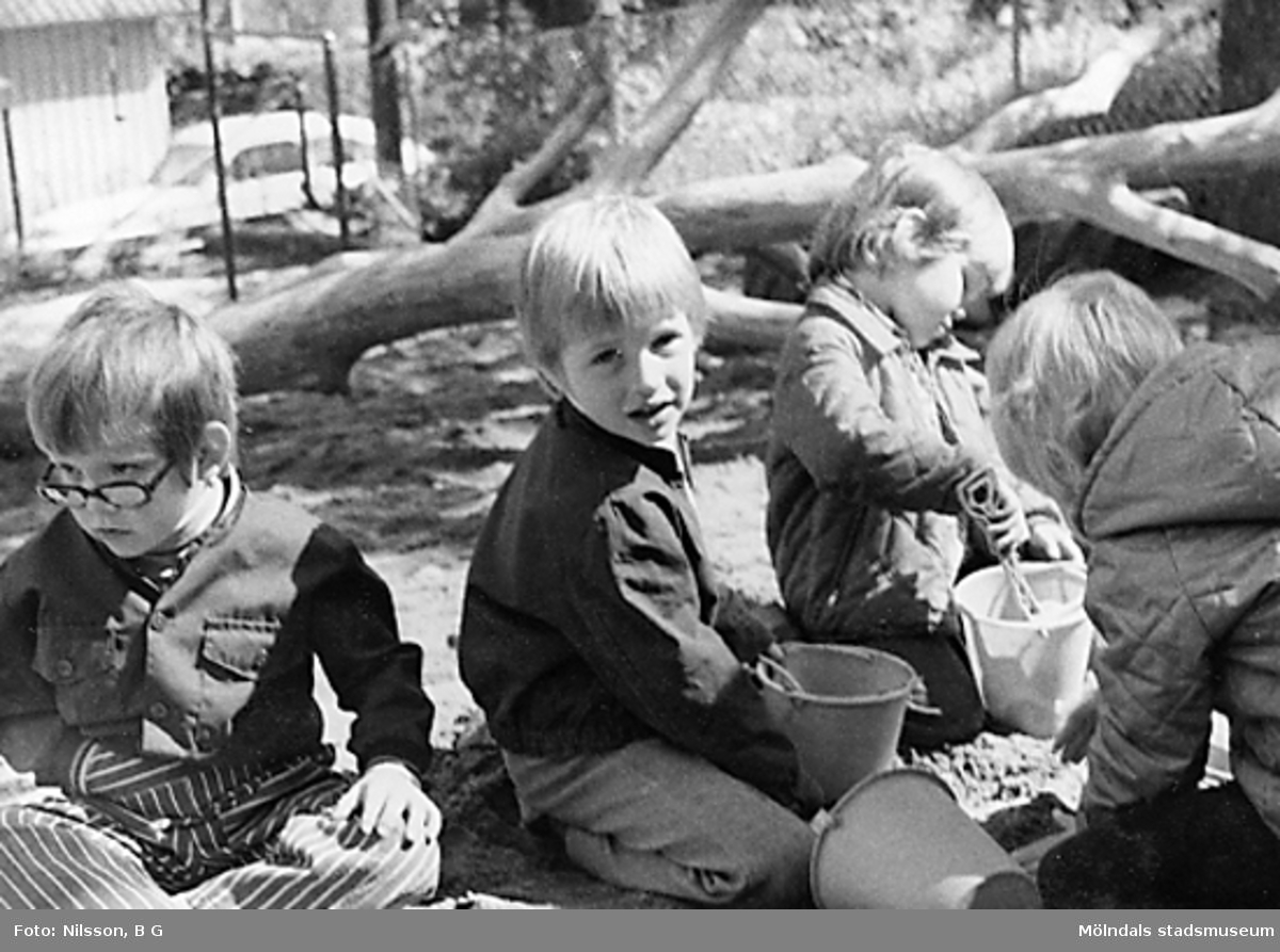 Tre barn leker i sandlådan utanför Holtermanska daghemmet juni 1973.