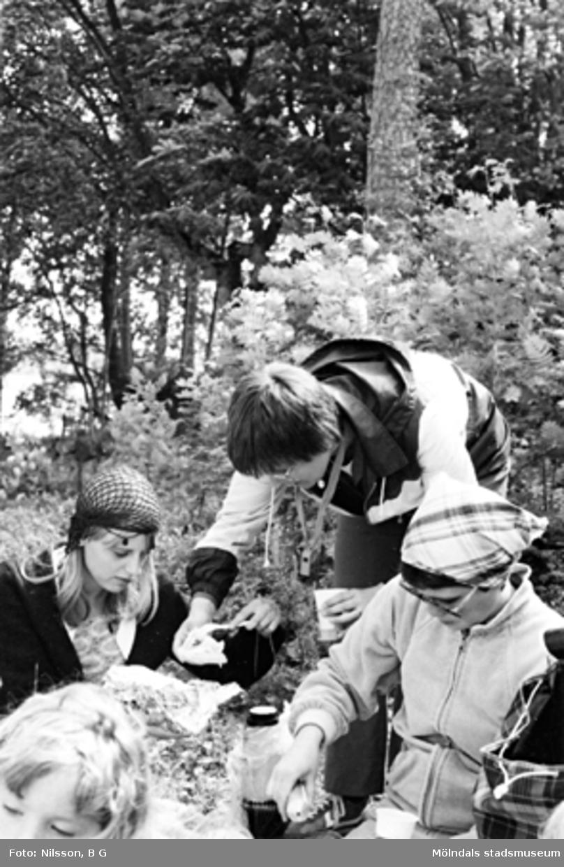 Barn och vuxna är ute på picknick. Holtermanska daghemmet juni 1973.