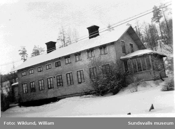 Poststationen i Svartvik vid dåvarande Riks13 nu E4. Astrid Jensen och anna-Lisa Wiklund