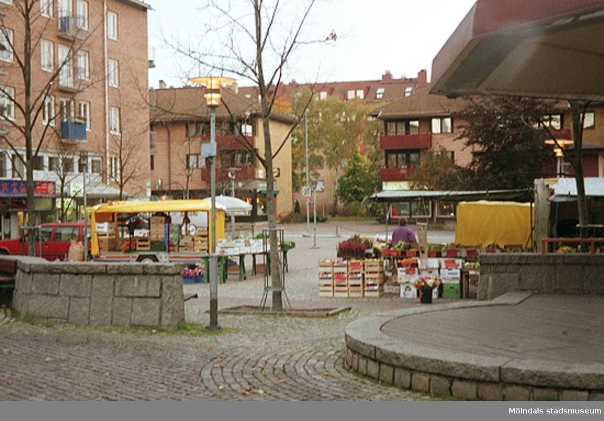 Mölndalsbro i dag - ett skolpedagogiskt dokumentationsprojekt på Mölndals museum under oktober 1996. 1996_1320-1337 är gjorda av högstadieelever från Åbyskolan 8A, grupp 5. Se även 1996_0913-0940, gruppbilder på klasserna 1996_1382-1405 och bilder från den färdiga utställningen 1996_1358-1381.
